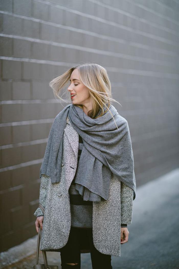 grosse-écharpe-grande-écharpe-grise-manière-de-porter