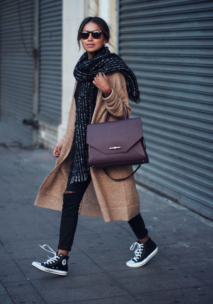 grosse-écharpe-noire-et-streestyle-avec-long-manteau-beige-et-sneakers