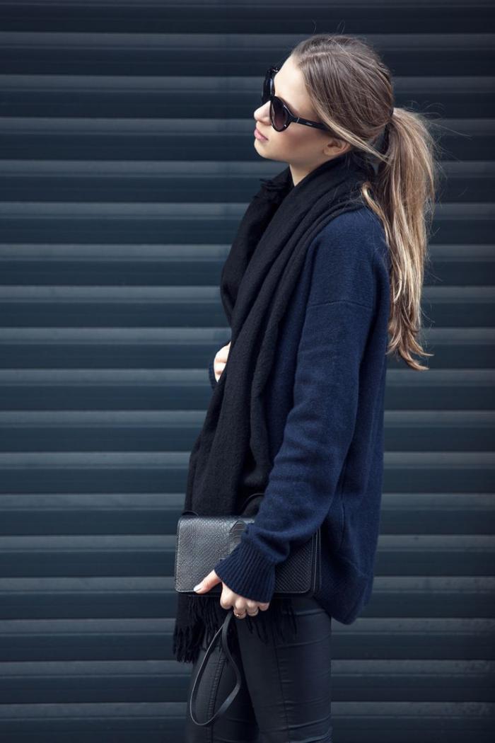 grosse-écharpe-noire-longue-laissée-librement