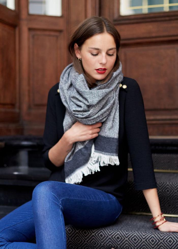 grosse-écharpe-outfit-avec-un-gros-foulard-gris
