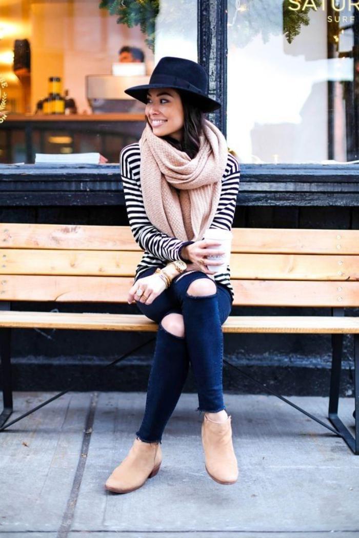 grosse-écharpe-rose-tendre-jeans-déchirés