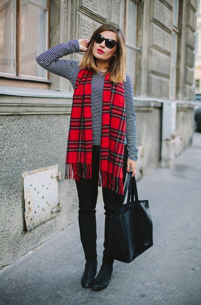 grosse-écharpe-rouge-librement-laissée-accent-de-la-tenue