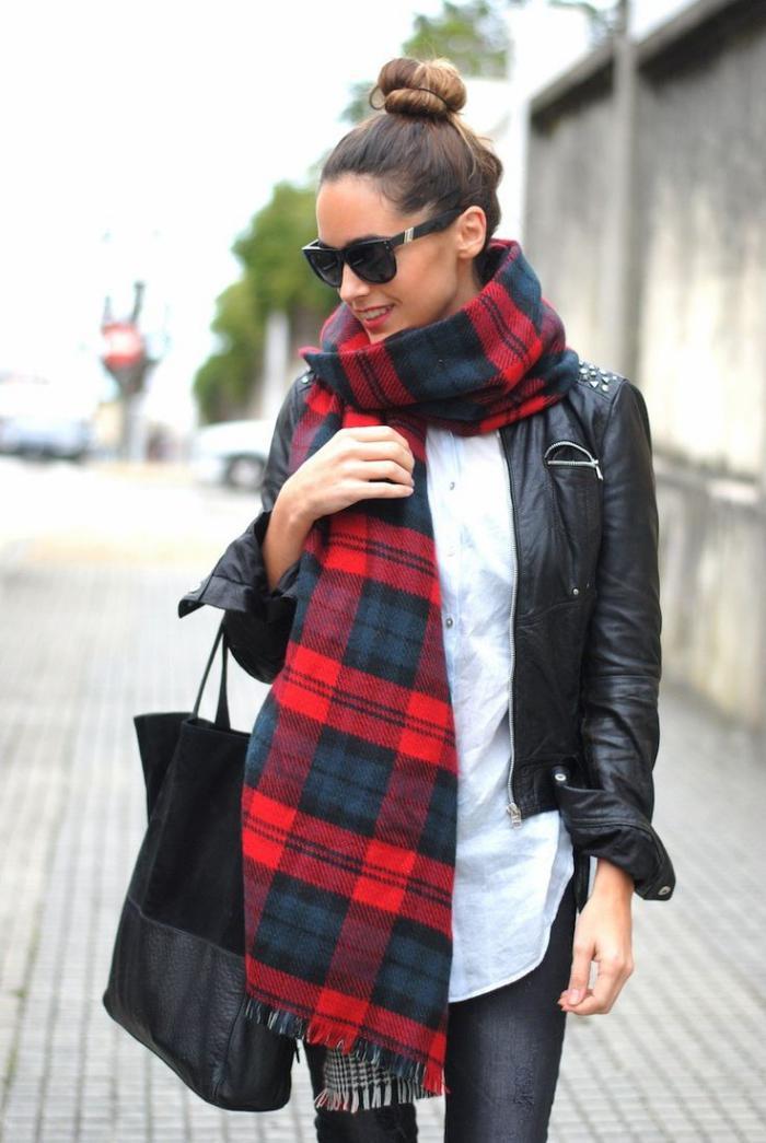 grosse-écharpe-textile-et-veste-en-cuir-noir