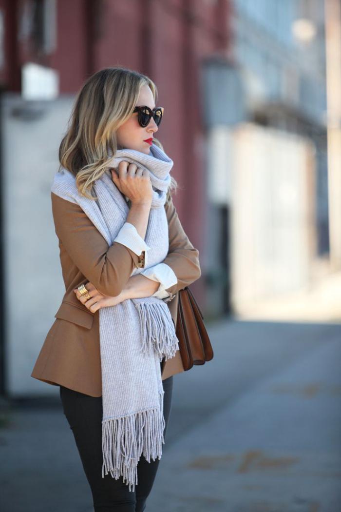 grosse-écharpe-veste-camel-et-foulard-gris