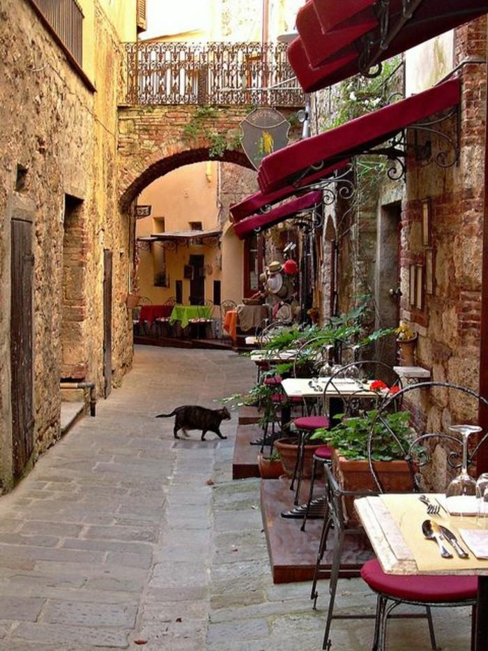 grosseto-italie-toscane-les-rues-italiennes-toscane-tables-en-dehors-caffe