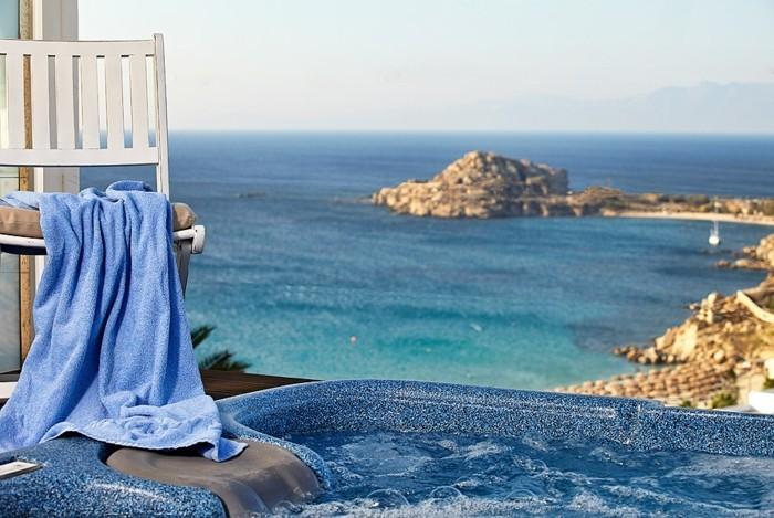 hotel-chambre-avec-jacuzzi-privatif-nuit-romantique-avec-jacuzzi-belle-vue-de-la-mer