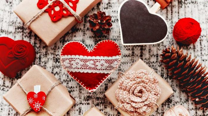 idée cadeau amoureux pour elle coeur en feutrine rouge dentelle blanche papier craft ficelle