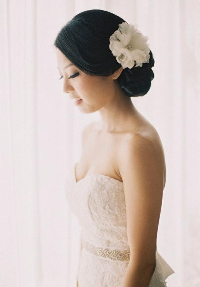 idée-pour-le-chignon-invitée-mariage-chignon-bas-mariage-fleur-dans-les-cheveux