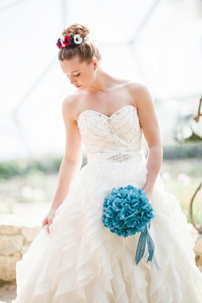 idée-pour-le-chignon-invitée-mariage-chignon-bas-mariage-fleurs