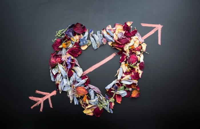 idée surprise saint valentin cadeau romantique composition coeur en pétales de roses