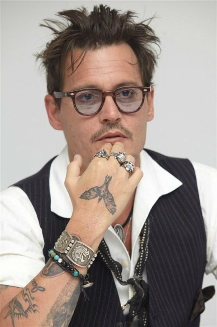 idée-tatouage-poignet-tatouage-original-tatouage-poignet-infini-johnny-depps