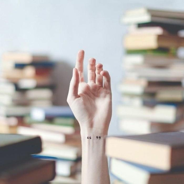 idee-tatouage-au-poignet-tatouage-oiseau-poignet-permanente-amour-livre