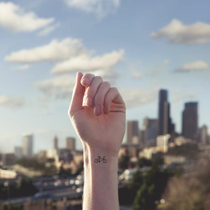 idee-tatouage-au-poignet-tatouage-oiseau-poignet-permanente-bicyclette