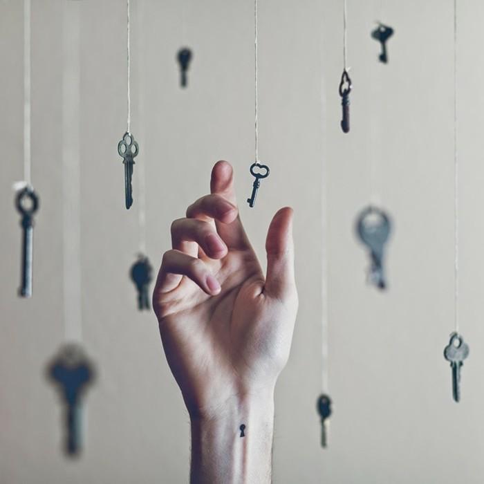 idee-tatouage-au-poignet-tatouage-oiseau-poignet-permanente-clefs