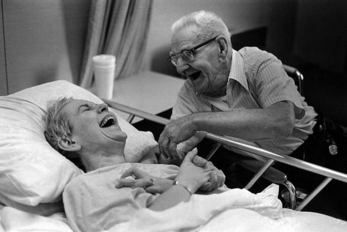 image-photographie-noir-et-blanc-artistique-photo-lit-femme-et-homme-sourire