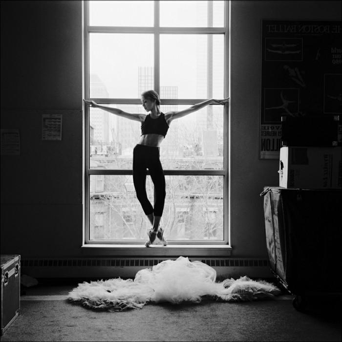 instantané-photographie-art-beauté-en-noir-et-blanc-ballerine-fenetre