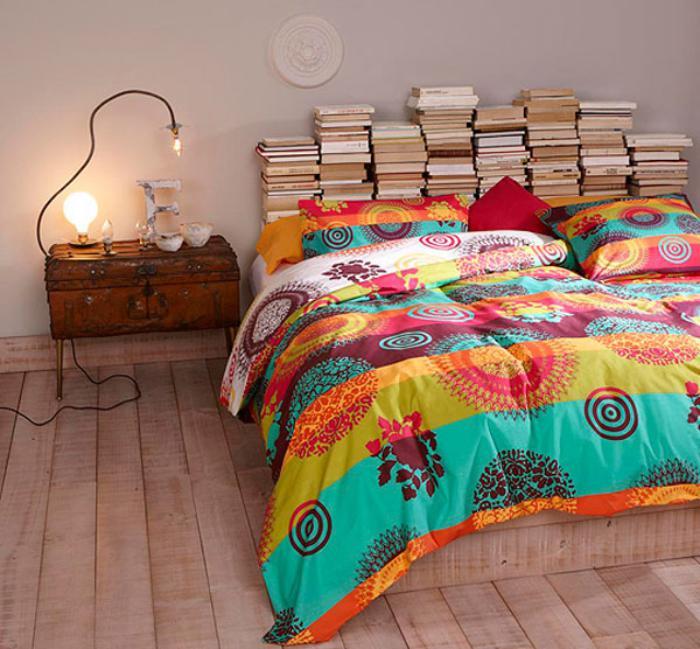 jeté-de-lit-bariolé-plancher-en-bois-et-tête-de-lit-avec-livres