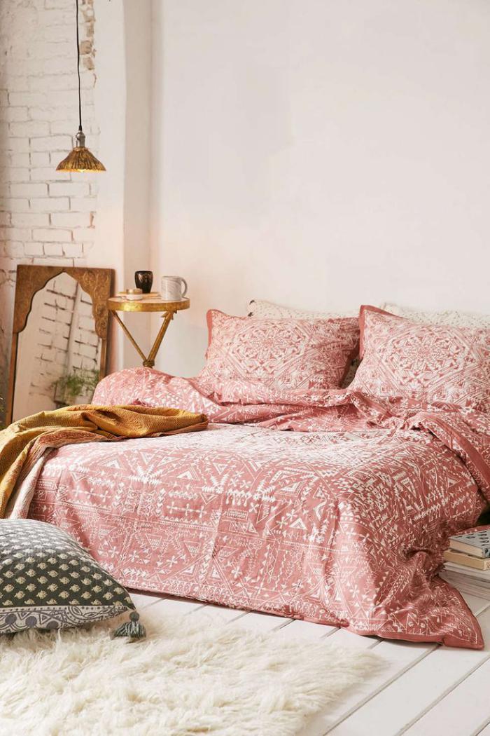 jeté-de-lit-rose-chambre-à-coucher-douce-et-harmonieuse