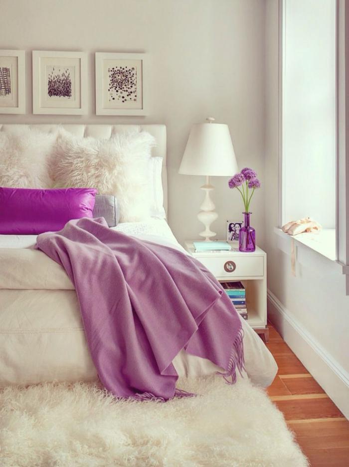 jeté-de-lit-rose-dans-une-chambre-à-coucher-blanche