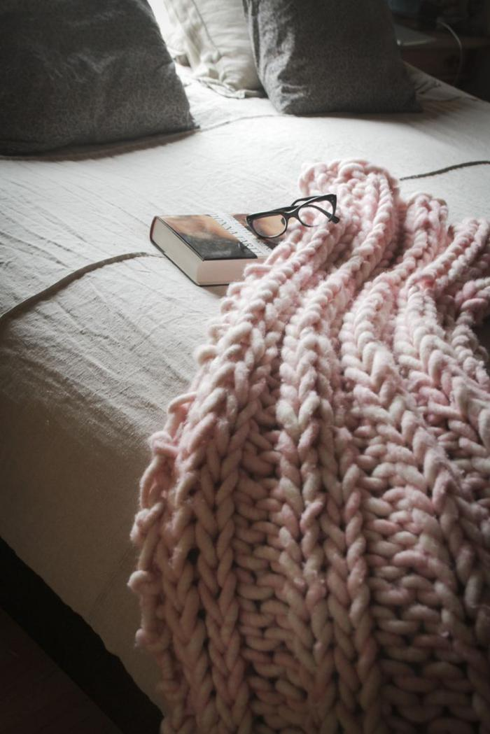 jeté-de-lit-rose-tricoté-grosses-mailles-chambre-à-coucher-romantique