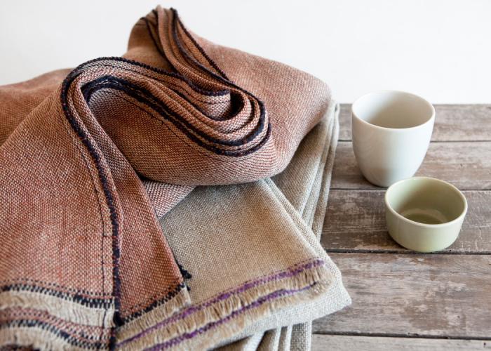 jeté-de-lit-textiles-rustiques-table-en-bois-rustique