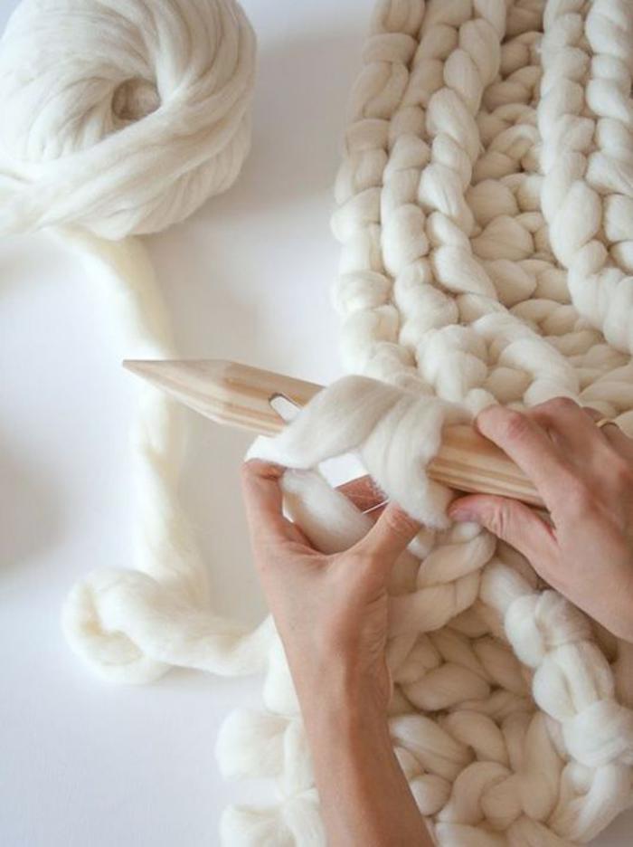 jeté-de-lit-tricoter-un-plaid-de-lit-en-grosse-maille