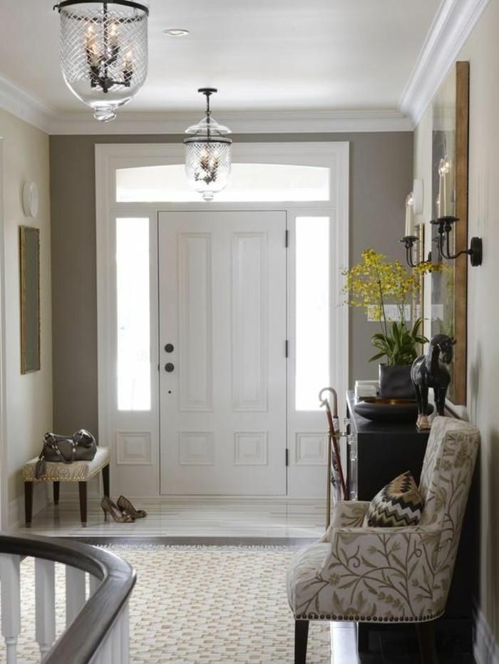 joli-entrée-interieur-gris-fleurs-dans-l-entree-de-la-maison-chic-porrte-d-entree-kline