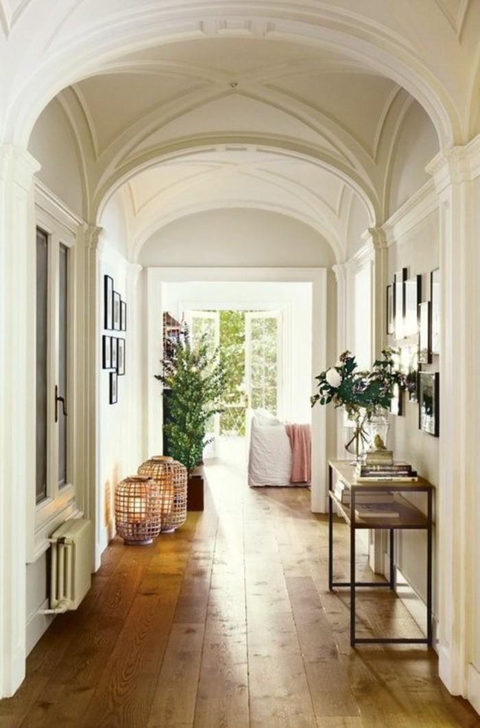 joli-entree-chic-et-moderne-avec-sol-en-planchers-en-bois-clair-couleur-taupe-pour-l-entree