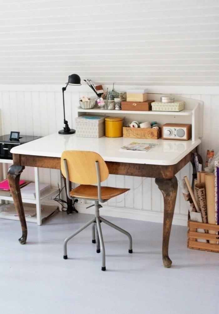 joli-et-industriel-bureau-en-bois-clair-office-space-plafond-blanc-sous-pente