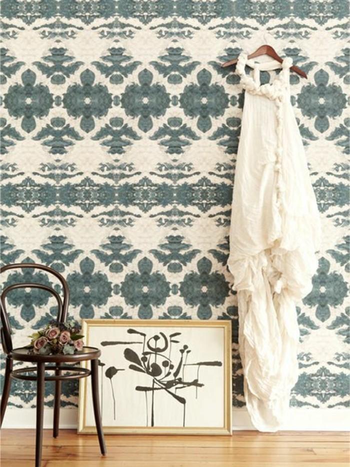 joli-interieur-moderne-design-guild-papier-peint-sol-en-planchers-clairs-mur-beige-bleu-foncé