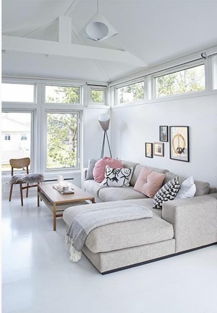 joli-salon-blanc-sol-blanc-coussins-de-sol-colorés-canapé-gris-chiné-canapé-d-angle-gris