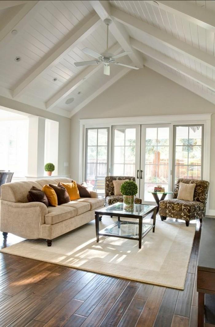 joli-salon-sous-pente-de-couleur-grège-tapisserie-taupe-pour-les-meubles-sol-en-parquet