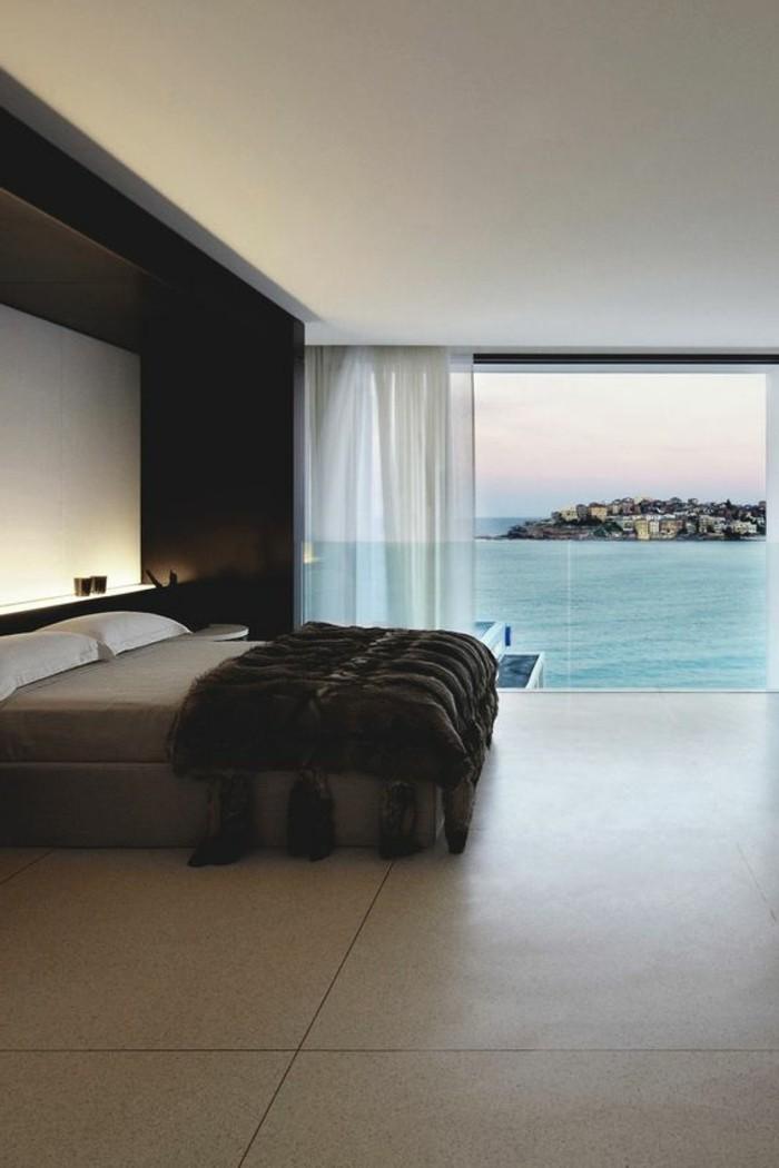 jolie-chambre-a-coucher-avec-vue-vers-le-mer-sol-en-carrelage-beige-fenetre-grande