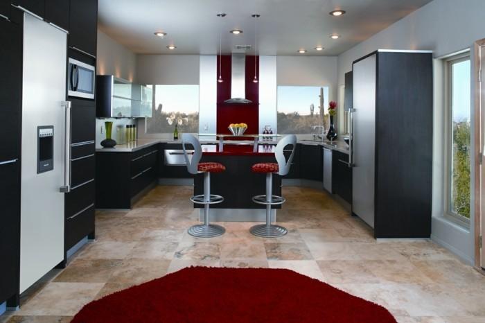 jolie-cuisine-meubles-noires-et-tapis-rond-rouge-pour-la-cuisine