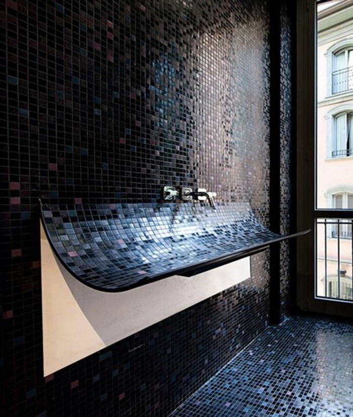 La beaut de la salle de bain noire en 44 images for Couleur faience salle de bain
