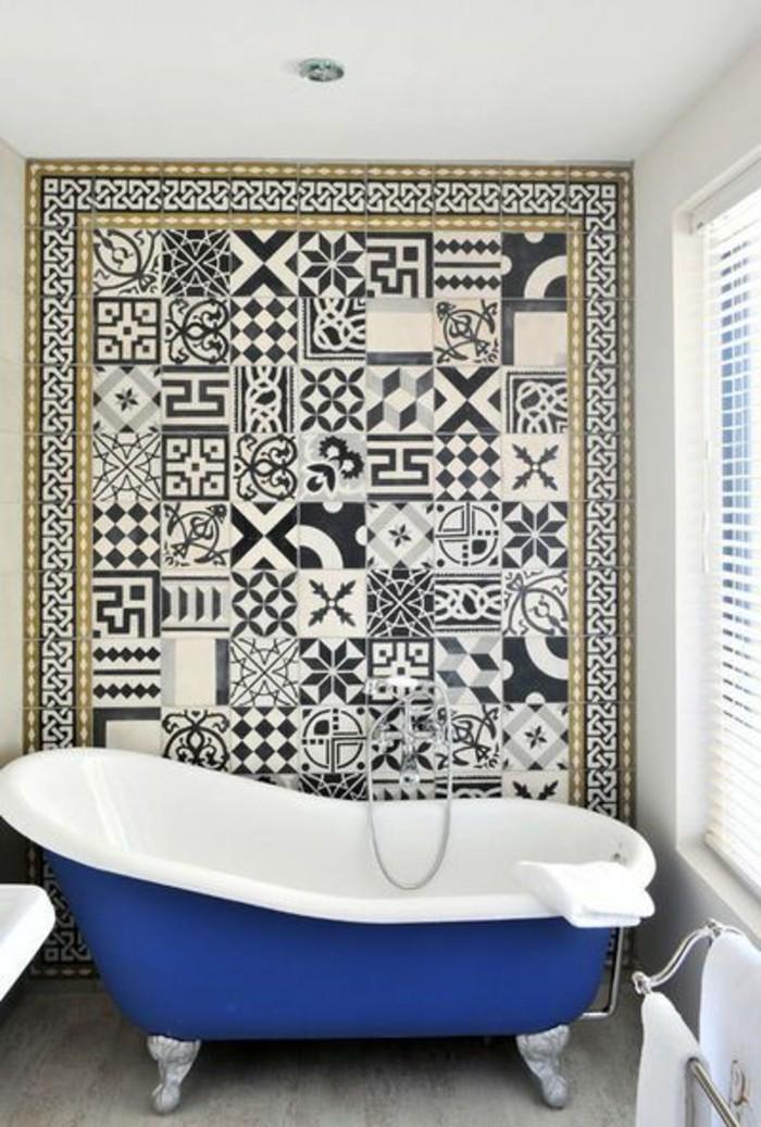 jolie-salle-de-bain-avec-baignoire-bleu-dans-la-salle-de-bain-mobalpa