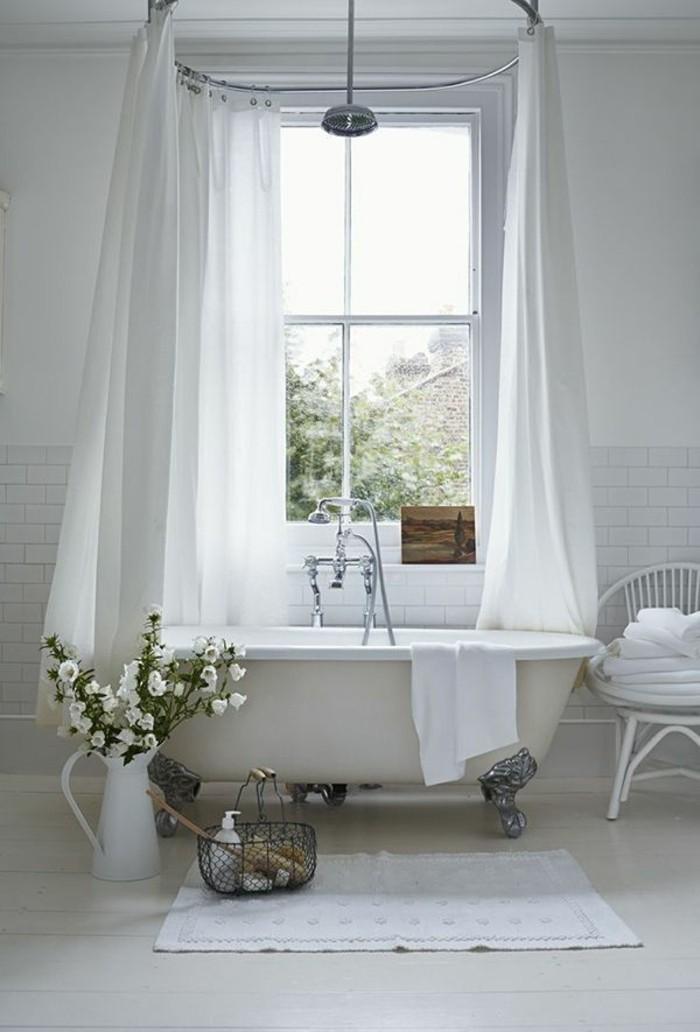 jolie-salle-de-bain-blanche-tapis-blanc-sol-en-planchers-en-bois-baignoire-beige