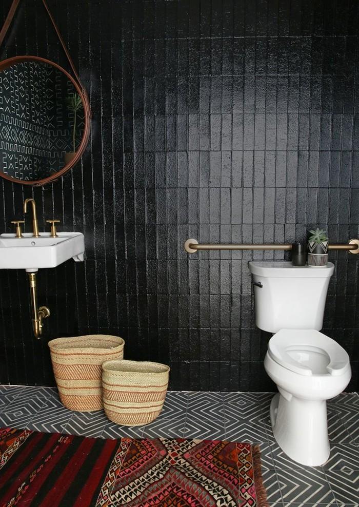 jolie-salle-de-bain-noire-carrelge-mural-noir-tapis-coloré-sol-en-dalles-blancs-noirs