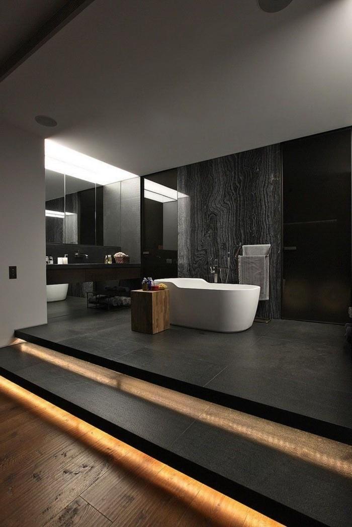 jolie-salle-de-bain-noire-sol-en-bois-interieur-chic-baignoire-blanche-faience-salle-de-bain-leroy-merlin