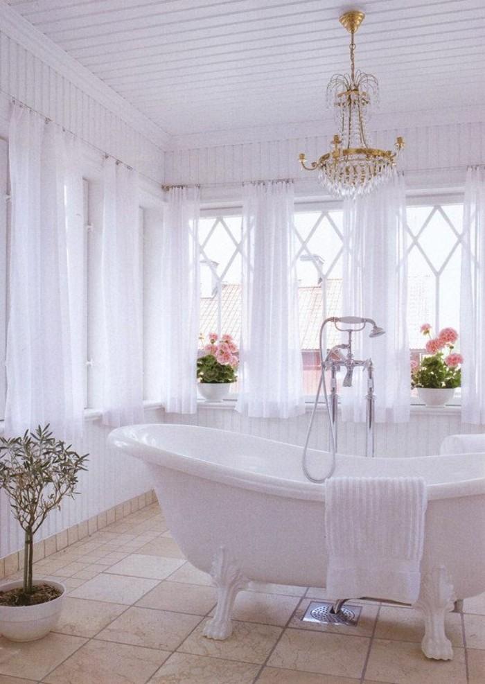 jolie-salle-de-bain-retro-chic-blanche-lustre-baroque-baignoires-anciennes-robinetterie-ancienne