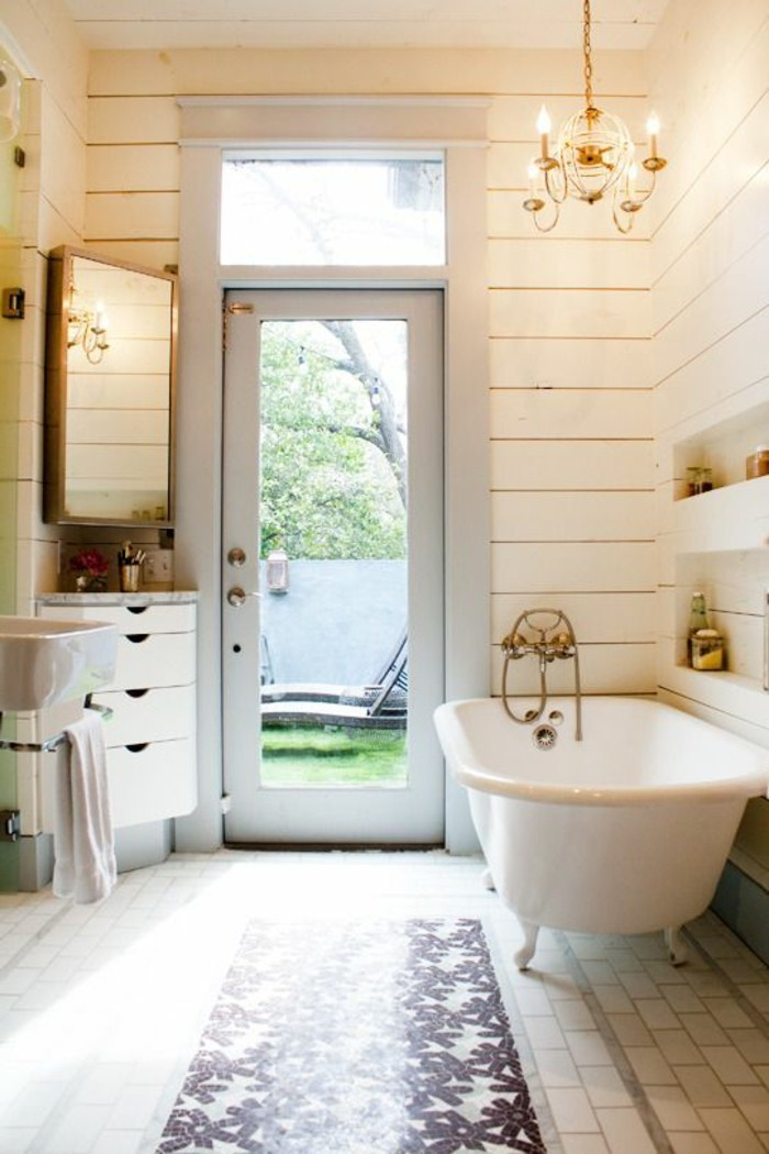 jolie-salle-de-bain-retro-sol-en-carrelage-beige-lustre-baroque-porte-en-verre-fenetre