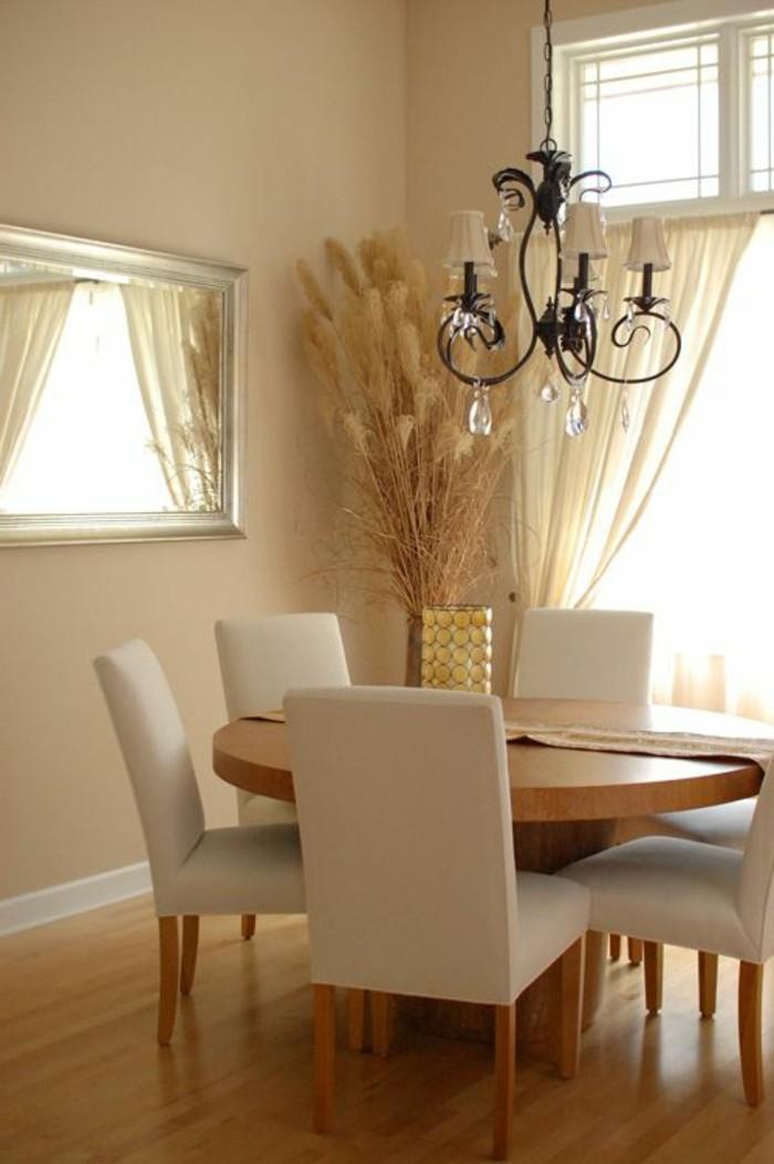 jolie-salle-de-sejour-couleur-grège-parquet-fonce-grande-fenetre-lustre-en-fer-tapisserie-taupe