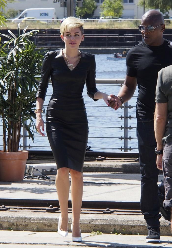 la-belle-miley-cyrus-élégante-robe-noire-chic-taille-46-robe-pimkie-cool-idée