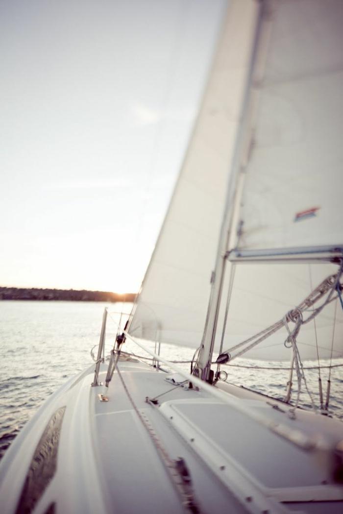la-magie-du-voilier-luxe-yot-de-luxe-dans-le-mer-bleu-bateua-yot-dans-le-mer