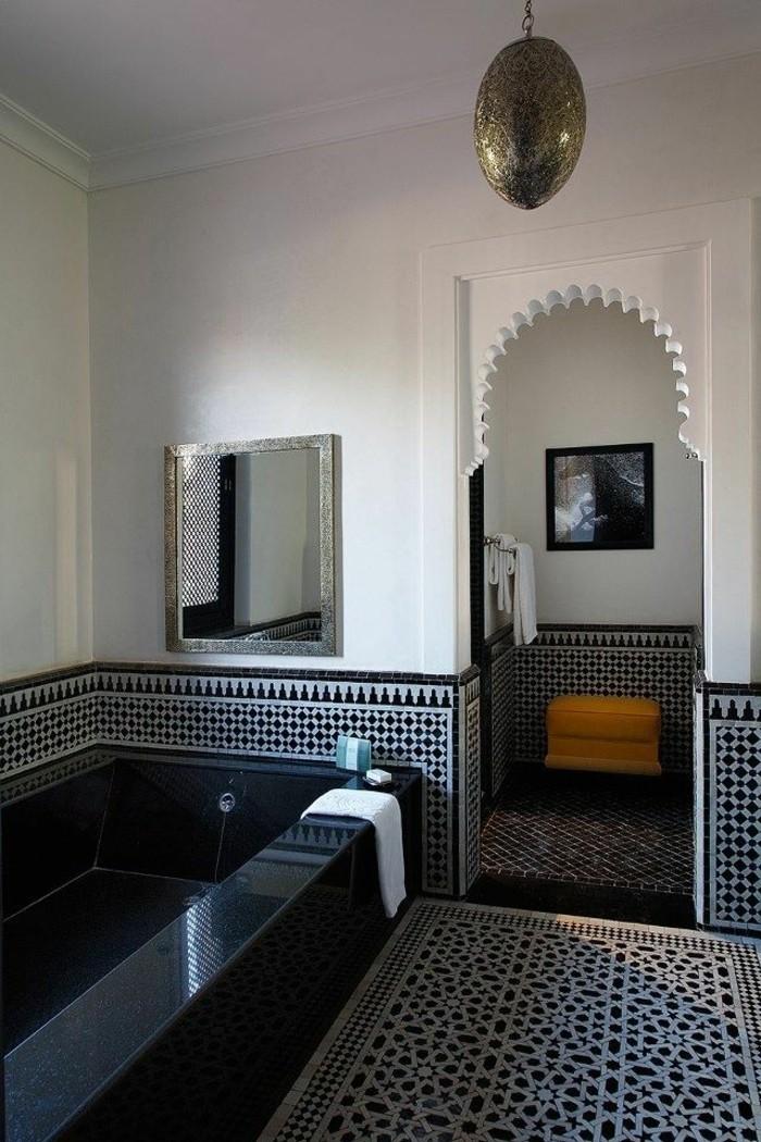 la-meilleure-salle-de-bain-blanc-noir-baignoire-noire-dans-la-salle-de-bain-chic