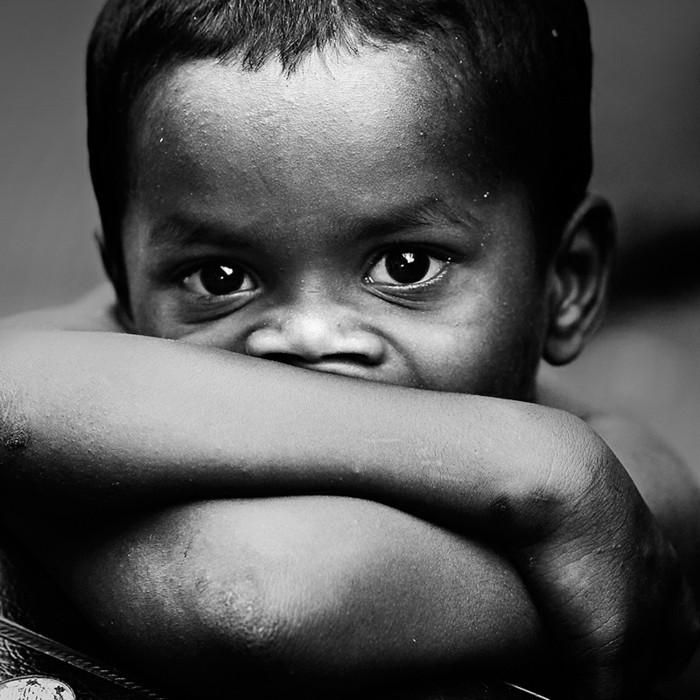 la-photographie-noir-et-blanc-paysage-noir-et-blanc-trop-emouvant-enfant-regard-triste