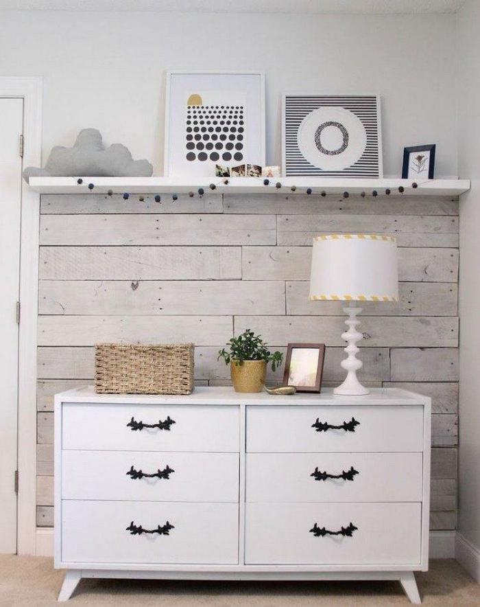 lambris-mural-commode-blanche-décor-joli-blanc