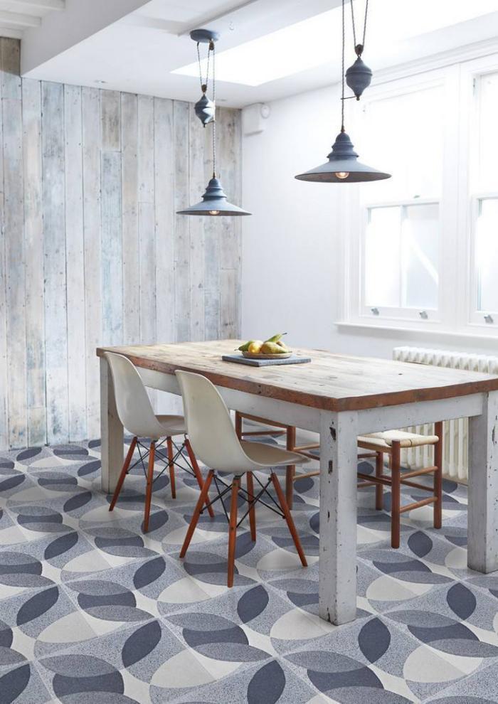 lambris-mural-blanc-salle-à-manger-table-blanche-tapis