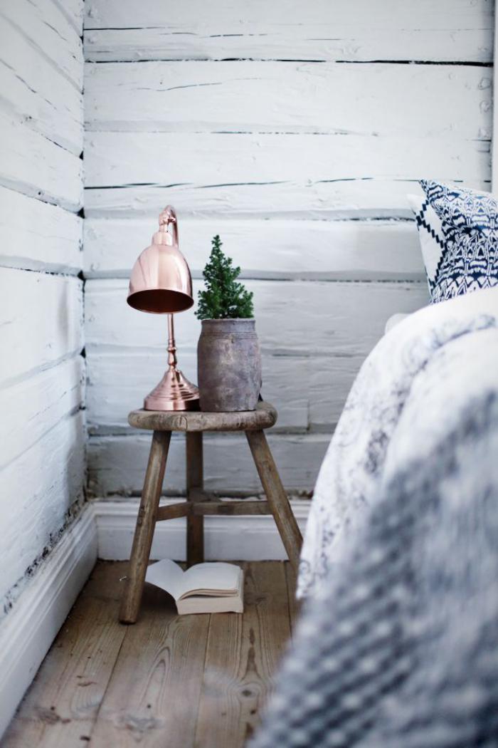 Accessoire Salle De Bain Romantique : lambris mural en lattes de bois blanc, lampe bronzée sur un petit …