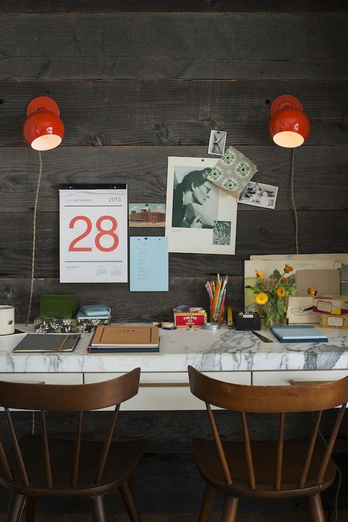 lambris-mural-bureau-suspendu-mural-avec-deux-chaises-vintage